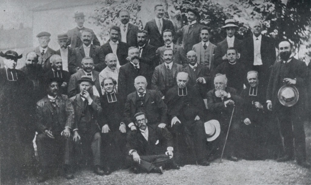 Some of the pioneers at a 1908 meeting. Euskaltzaindia